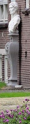 foto van Lyndenstein, borstbeelden op piëdestals