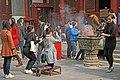 Beijing-Lamakloster Yonghe-84-Opfernde-gje.jpg