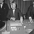 Bezoekers terwijl ze roulette spelen, Bestanddeelnr 918-3446.jpg