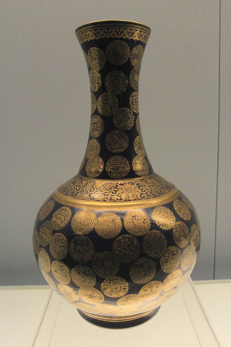 800px-Blue_glazed_vase_with_golden_medallion_design.jpg