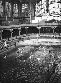 Wellenbad im Lunapark, Bundesarchiv, B 145 Bild-P015302 / CC-BY-SA 3.0 [CC BY-SA 3.0 de (https://creativecommons.org/licenses/by-sa/3.0/de/deed.en)], via Wikimedia Commons