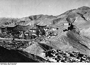 Gyantse Dzong - Gyantse Dzong and city wall, 1939