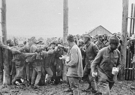 Distribution of food in a POW camp near Vinnytsia, Ukraine. July 1941 Bundesarchiv Bild 146-1979-113-04, Lager Winnica, gefangene Russen.jpg