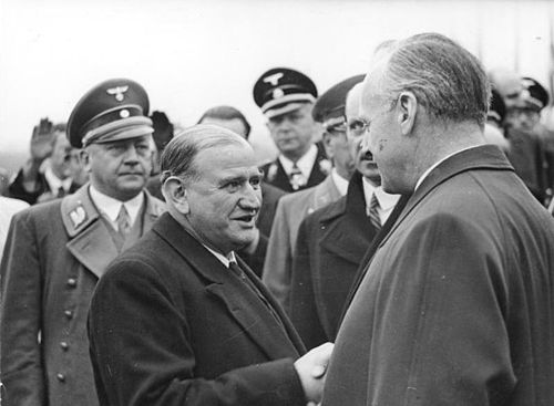 Edouard Daladier (centre) leaving Joachim von Ribbentrop after the Munich Summit 1938 Bundesarchiv Bild 183-H13007, Munchener Abkommen, Abreise von Daladier.jpg