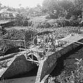 COLLECTIE TROPENMUSEUM Duiker in aanbouw te Longoan op de plaats van een door een overstroming weggeslagen brug TMnr 10028505.jpg