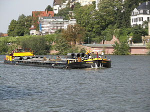 English: Self propelled barge with a steel wir...
