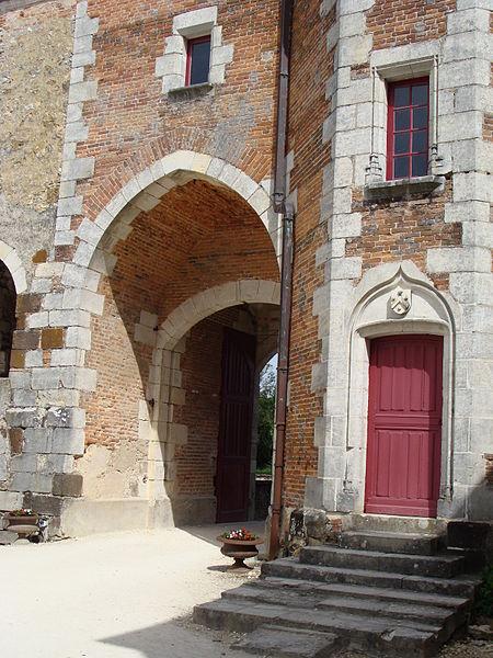 Château de Béthune, La Chapelle d'Angillon (Cher). Cour intérieure: Poterne (XVe s.).