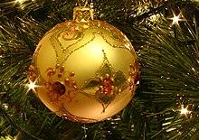 Decorazione a forma di sfera (pallina) in un albero di natale.