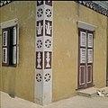 Collectie Nationaal Museum van Wereldculturen TM-20029525 Gevel van een Arubaans huis Aruba Boy Lawson (Fotograaf).jpg