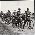 De Duitsers trekken uit het Gooi weg. Lopend naast hun fietsen gaan zij hun baga, Bestanddeelnr 120-0921.jpg