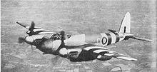 Un Mosquito FB Mk.XVIII in volo, si noti, al di sotto del muso, il cannone calibro 57 mm.