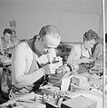 Diamantbewerkers (diamantslijpers) aan het werk in Natanya, Bestanddeelnr 255-4367.jpg