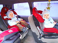 Dzieci w fotelikach samochodowych.JPG