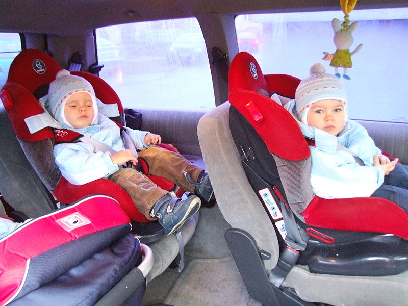 File:Dzieci w fotelikach samochodowych.JPG