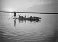 ETH-BIB-Auf dem ruhigen Wasser schaukeln gemächlich die leichten Fischerboote der Eingeborenen-Tschadseeflug 1930-31-LBS MH02-08-0524.tif