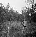 Een jongen bij een tuinslang, Bestanddeelnr 191-1125.jpg