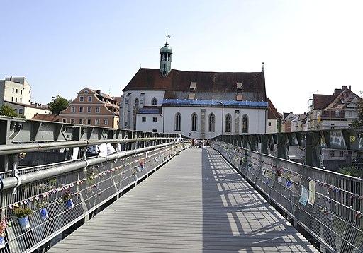 Eiserner Steg in Regensburg mit Blick auf St. Oswald