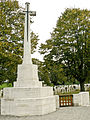 Essex Farm Cemetery. Toegang en Cross of Sacrifice.JPG