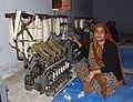 Femme suivant une formation au khadi, Mahatma Gandhi Seva Ashram, Jaura, Madhya Pradesh, Inde.jpg