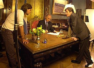 Fernando de la Rúa - De la Rúa prepares a speech after the resignation of his vice president, Carlos Álvarez. He is with his son Antonio de la Rúa and the secretary Darío Lopérfido.
