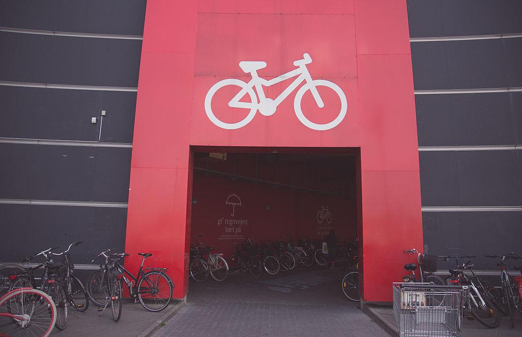 9d212ea32 Kryté parkovanie bicyklov pred nákupným centrom Fisketorvet v Kodani. Foto:  Wikipedia
