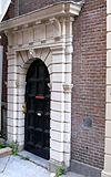 foto van Poortje met engelenkop als sluitsteen, gedekt door kroonlijst met triglyphen en metopen