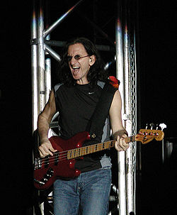 Geddy Lee in concerto con i Rush.(Milano, 21 settembre 2004)