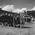 Groepen vrouwen staan aangetreden op een appelplaats, Bestanddeelnr 900-4806.jpg
