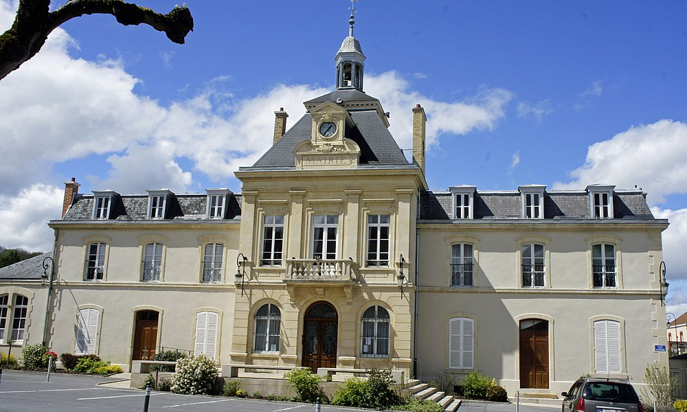 Une vue de l'hôtel de ville de Rilly la montagne et de la place de la république.