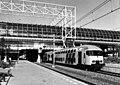 HUA-155964-Afbeelding van een trein bestaande uit dubbeldeksrijtuigen DDM-I van de N.S. langs een perron van het N.S.-station Amsterdam Sloterdijk te Amsterdam met daarboven het hoge gedeelte van het station met.jpg