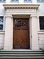 Haupteingang BBS 11 der Region Hannover, ehemals Oberrealschule am Clevertor, Handelslehranstalt I, Fachgymnasium Wirtschaft, Andertensche Wiese.jpg