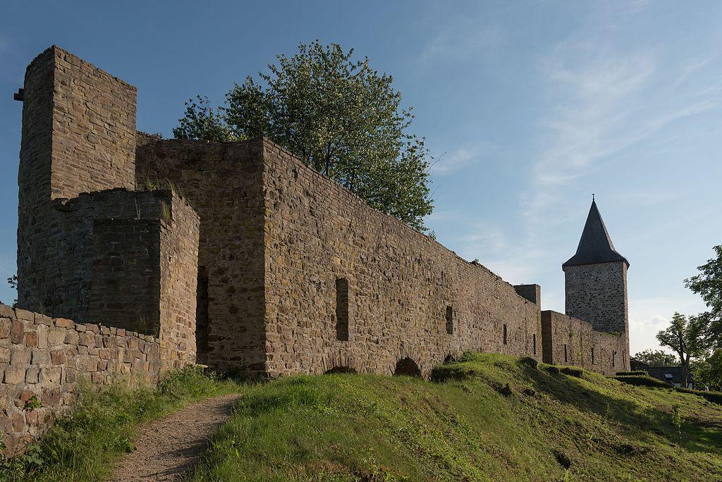 1024px-Hennef_%28Sieg%29%2C_Stadt_Blankenberg%2C_Stadtbefestigung%2C_N%C3%B6rdlicher_Turm_und_Stadtmauer-20160608-009.jpg
