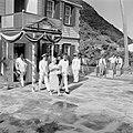 Het koninklijk paar verlaat het Logeerhuis in The Bottom op Saba. In de deur de , Bestanddeelnr 252-4101.jpg