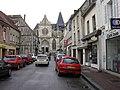 Houdan, église et rue de l'Enclos.jpg