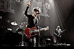 Tocando la guitarra - 5 1