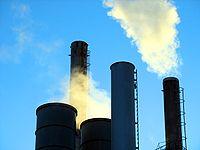 Fumées échappées d'une cheminée d'usine.