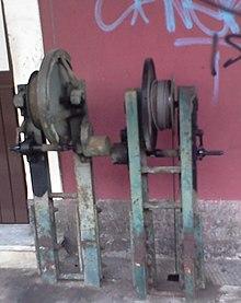 Ingranaggi (privi di maniglia) per il comando di due passaggi a livello, usate dalla Ferrovia Circumetnea
