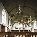 Interieur, koperen doopboog, staat op het hekwerk wat voor de preekstoel staat - Beets - 20388574 - RCE.jpg