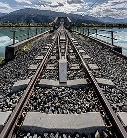 Entrée du pont ferroviaire du Ferlacher Stausee, lac de retenue sur la Drave, près de Ferlach, en Carinthie autrichienne. (définition réelle 4502×4902)
