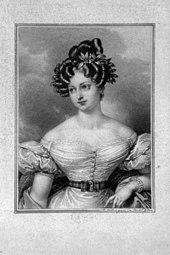 Gravură reprezentând Karoline Bauer.  Poartă o coafură sofisticată într-o rochie fără bretele cu mâneci bufante