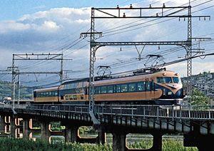 名阪特急の直通運転を開始。伊勢中川駅での乗り換え解消。「ビスタカー2世」登場 12/12