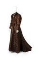 Klänning av blommigt brunt siden (atlas) med garnering av brun silkessammet - Hallwylska museet - 89328.tif