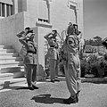 Koning Hussein met generaal Glubb en prins Nassar ben Jamil op trappen voor het , Bestanddeelnr 255-5074.jpg