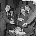 Koningin Juliana ontvangt een boek en prins Bernhard een speciale penning, Bestanddeelnr 917-8940.jpg