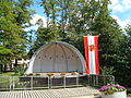 Konzermuschel im Park Emmelshausen, Gemeindefahne.JPG