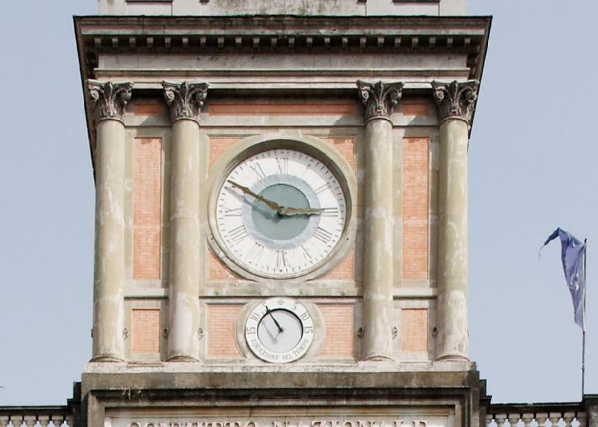 L' equazione del tempo. Foro Carolino in piazza Dante, Napoli