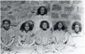 La reine Amélia en 1887 avec des jeunes filles de la noblesse (Aliki) devant le palais royal de Wallis (Uvea).png