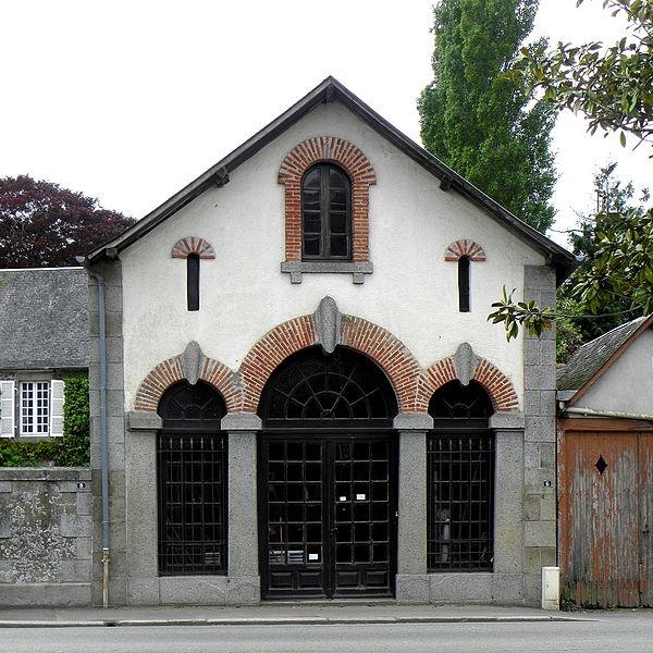 Maison, place de l'église à Landivy (53).