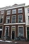 foto van Pand met lijstgevel, gesneden bovendorpels, boven deur en raamkozijnen schelpmotief Lod.XIV