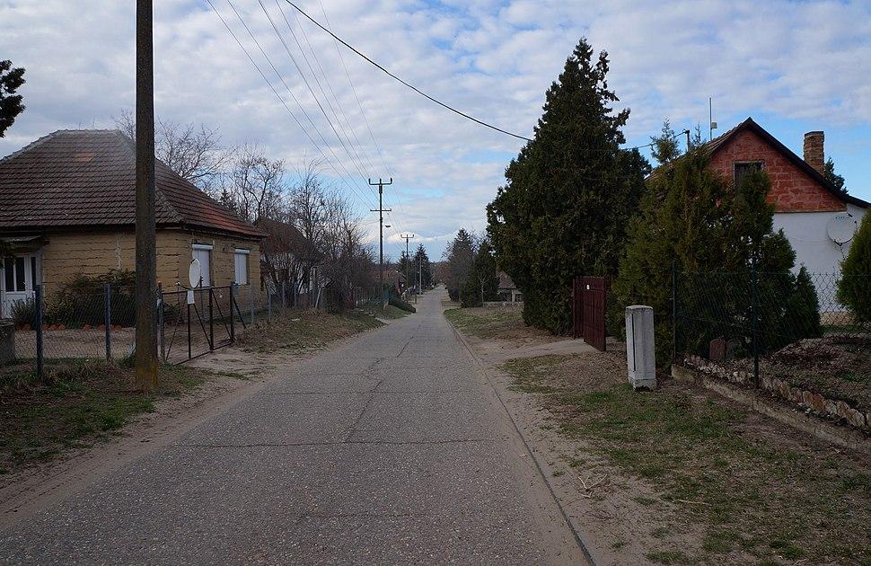 Lejtős (buckás) utca Noszán